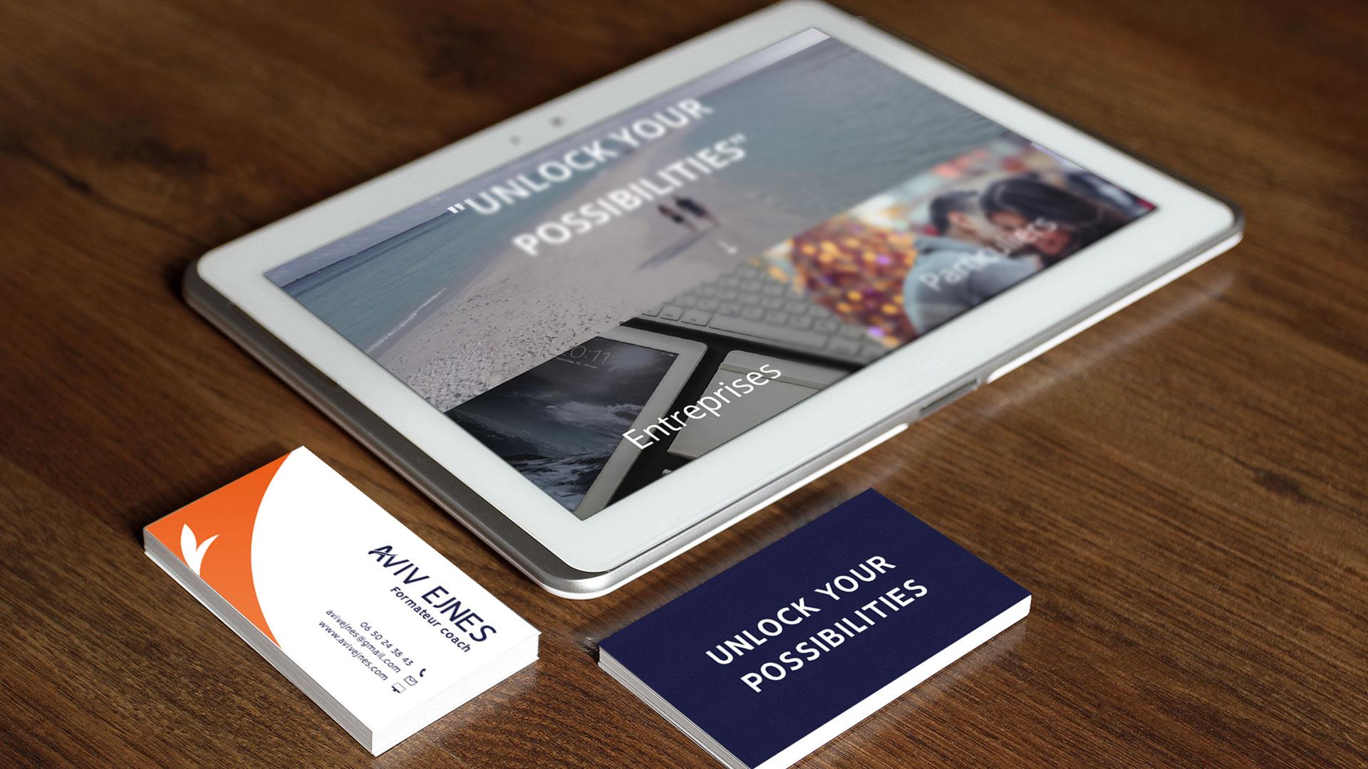 Site internet et cartes de visite sur un bureau