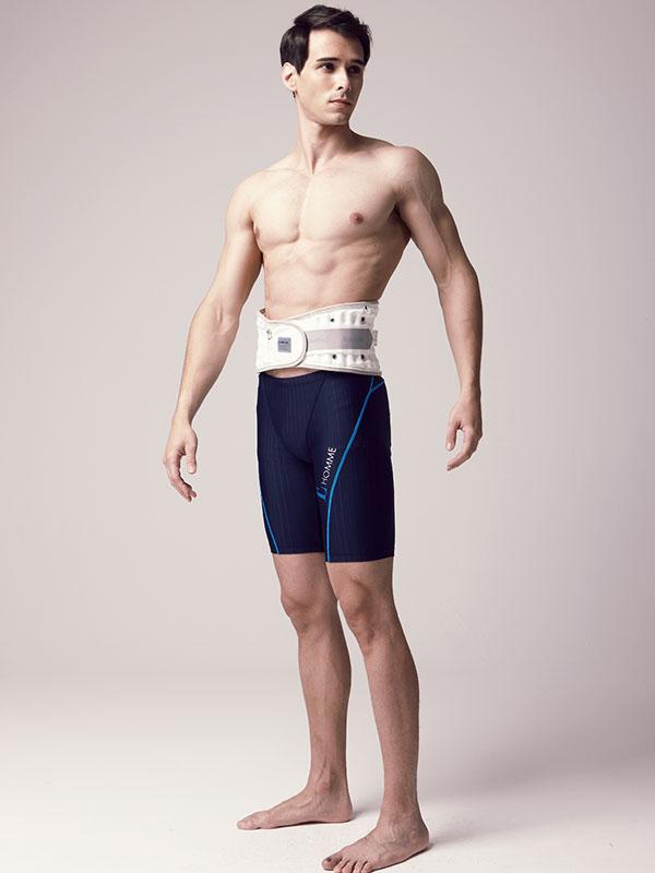 Homme torse nu avec ceinture lombaire